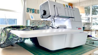 Luksus med både stort sybord og plass til høyre for nålene. Elsker at det er hele fire lyskilder som lyser opp syområdet