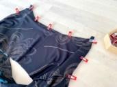 Legg toppene rette mot rette og fest med wonderclips hele veiden rundt i ermegapet og utringningen