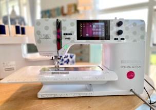 Denne kjolen syes i fast eller vevd stoff så symaskinen brukes til de fleste momentene