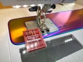Et absolutt must er en symaskinnål med en tilpasset nålespiss til materialet. Til jersey kan du benytte en SUK, ballpoint eller jerseynål