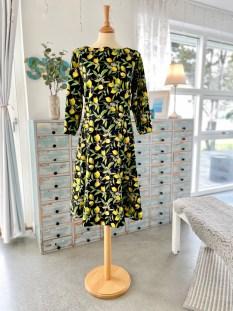 Kjolens enkle snitt og ikke altfor voluminøse skjørt passer perfekt som hverdagskjole