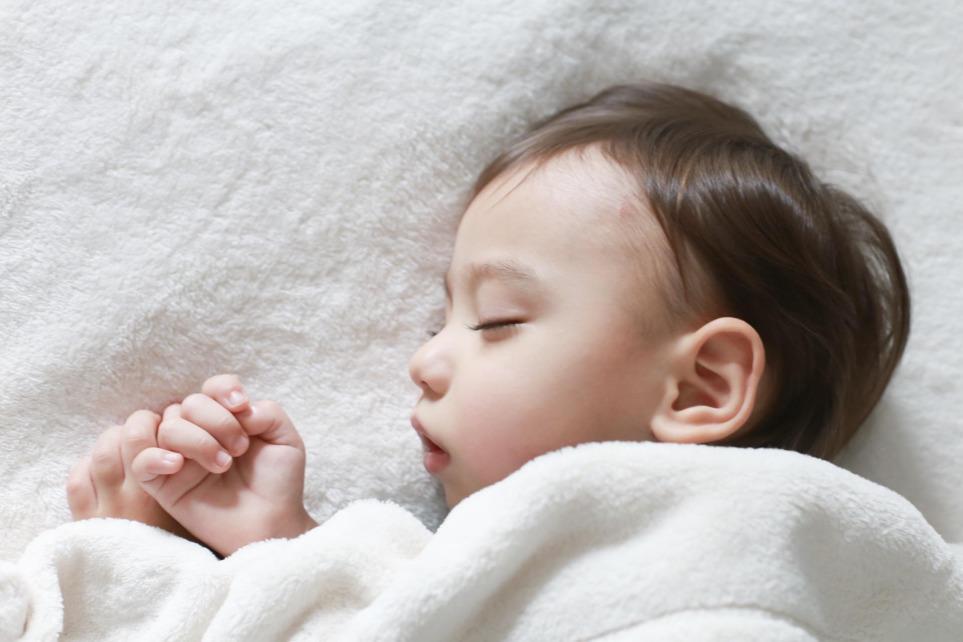 新生児のいる部屋の冷房の温度設定