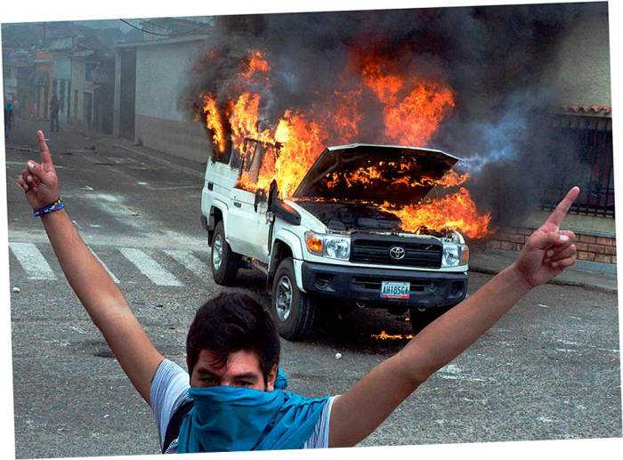 студенты подожгли машину