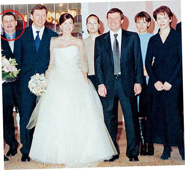 Рогов стоит рядом с женихом