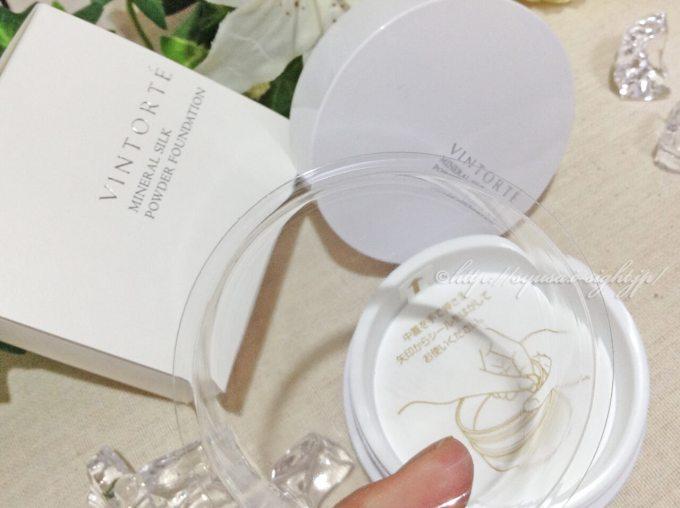 ヴァントルテ【VINTORTE】ミネラルシルクファンデーションの使い勝手を口コミ:透明プラスチックケースで粉もれを防止。粉がパフに大量につかなくなるので利便性○