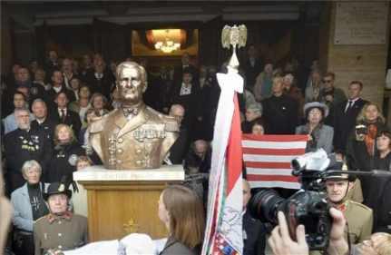 És jön az új nemzeti burzsoázia. - Horthy példaképpel. Fotó - Jobbik.com