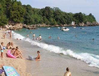 sok fiatal a tengerparton