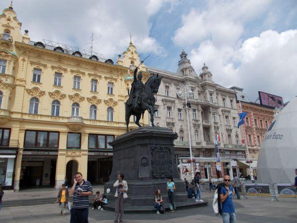 Jelačić bán tér szobor
