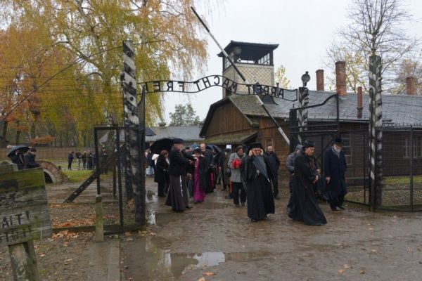 Auschwitz bejárat - látogató papok