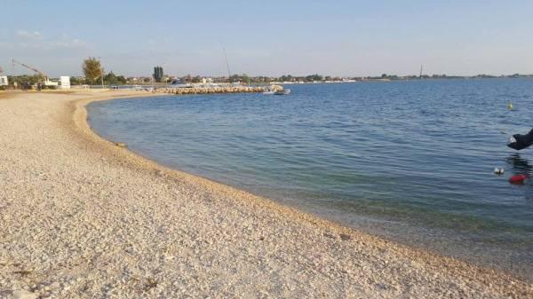 Tengerparti strand kövekkel