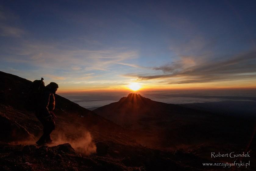 Wschód słońca w drodze na Kilimandżaro