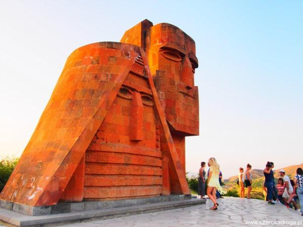Stepanakert, My i nasze góry pomnik
