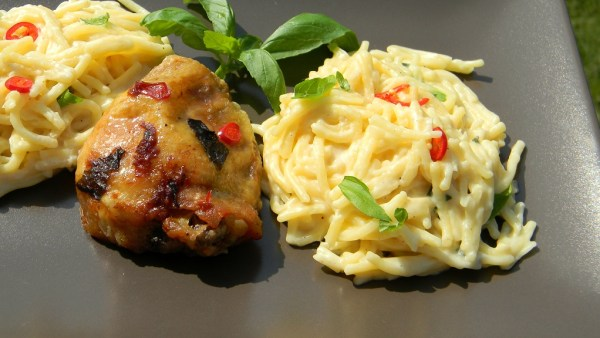 Chilis-bazsalikomos csirkecomb, sajtos spagettivel n