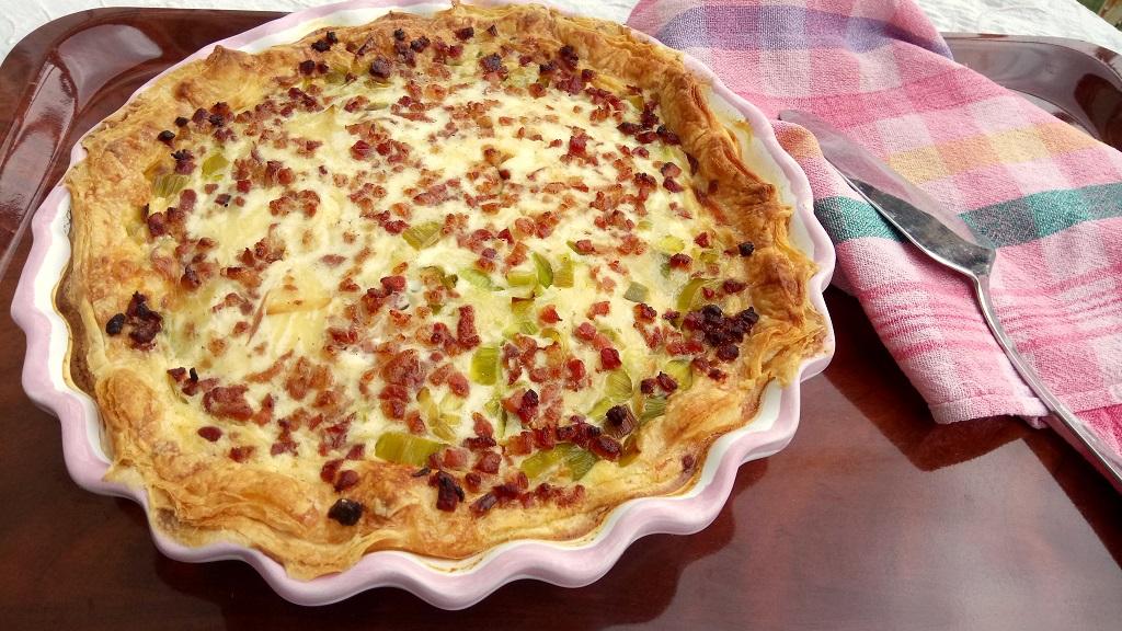 Póréhagymás - baconos quiche gyorsan, egyszerűen, leveles tésztából