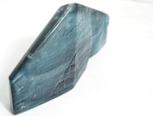 Rzeźba szklana wykonana techniką wytapiana (fusingu w formie), obrabiana mechanicznie