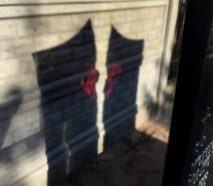kolorowe szkło rzuca kolorowe cienie