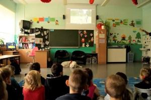 """Uczniowie oglądają film """"UWAGA PIES""""."""