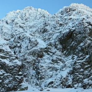 Północna ściana Małego Koziego Wierchu, po prawej wybitny filar Szczuki, śnieżne depresje w środkowej części