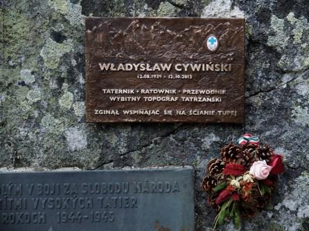 Tablica poświęcona Władysławowi Cywińskiemu na pobliskim Tatrzańskim Cmentarzu Symbolicznym