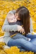 Sesja dziecka z mamą w Krakowie. Plenerowe zdjęcia wykonał fotograf dziecięcy.