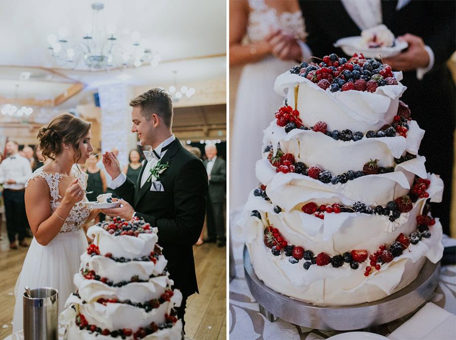 tort ślubny z owocami i bezą