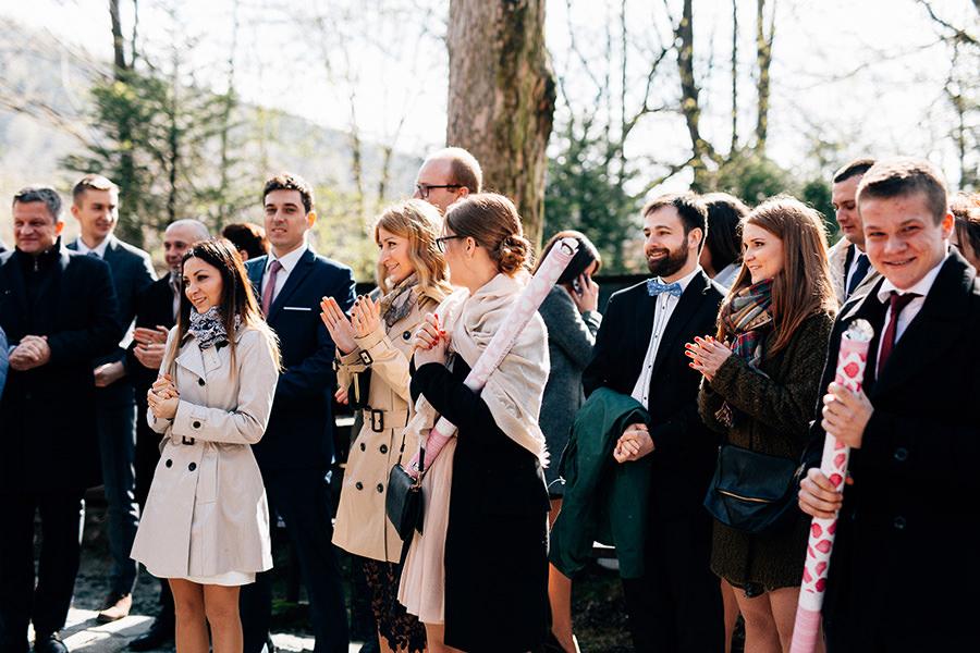 wyjście z kościoła fotografia ślubna rzeszów