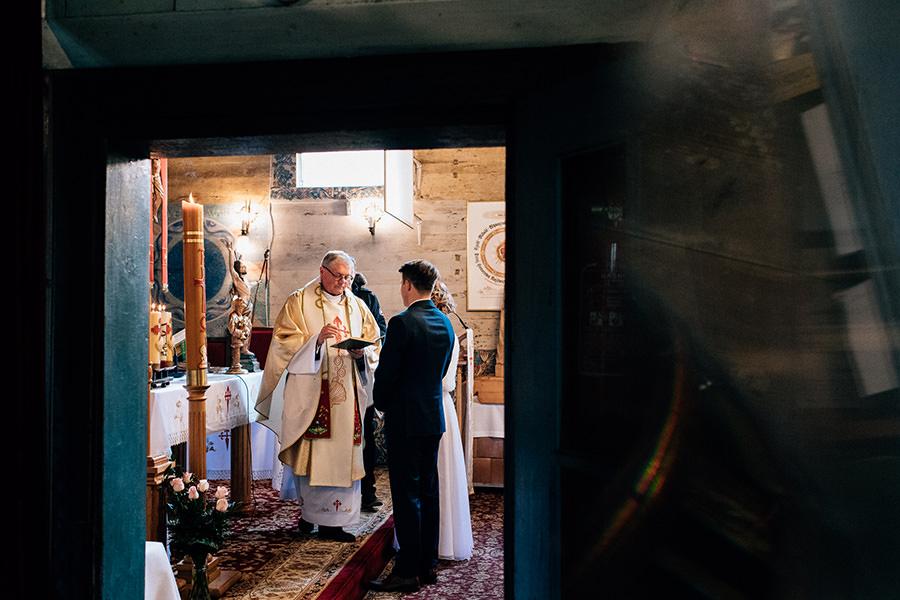 ślub w starym drewnianym kościele