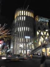 nowootwarty (w maju br.) budynek Hugo Boss, Omotesando