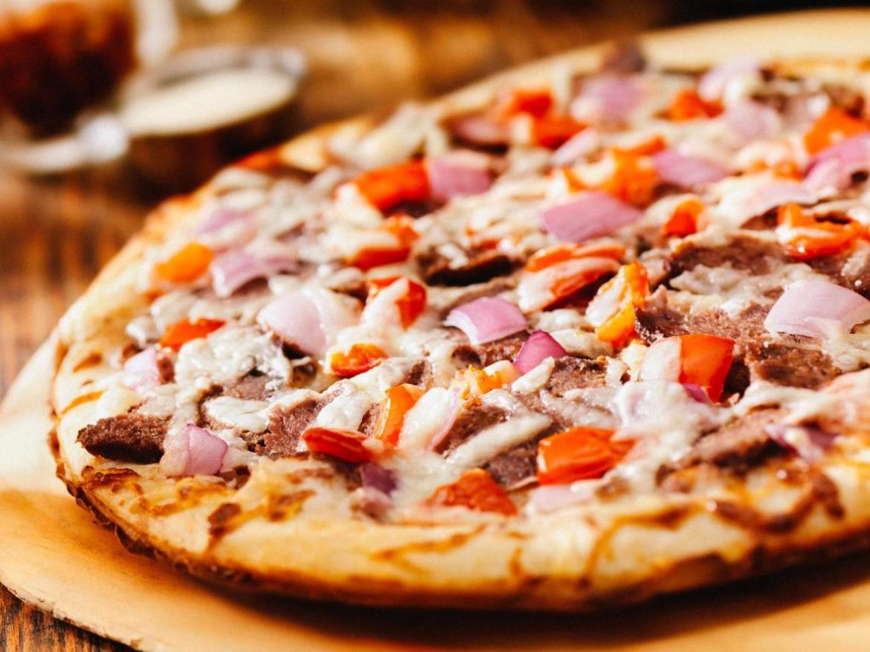 Di solito la pizza svedese è farcita con molta carne