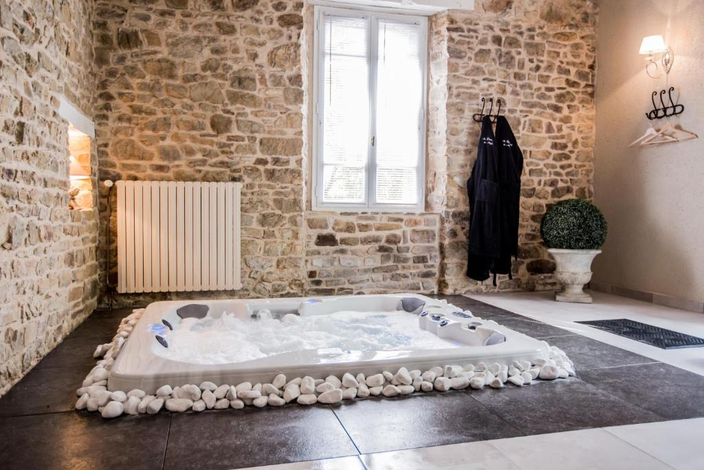 Gite avec Jacuzzi privatif dans la chambre BaindeBretagne  Tarifs 2019