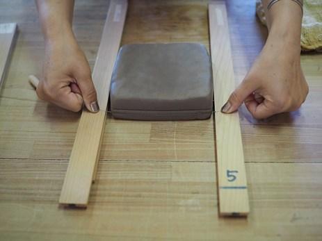 粘土を板状にスライス