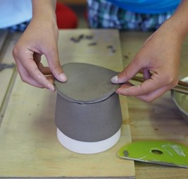 行程2:底になる部分に粘土を貼り付ける