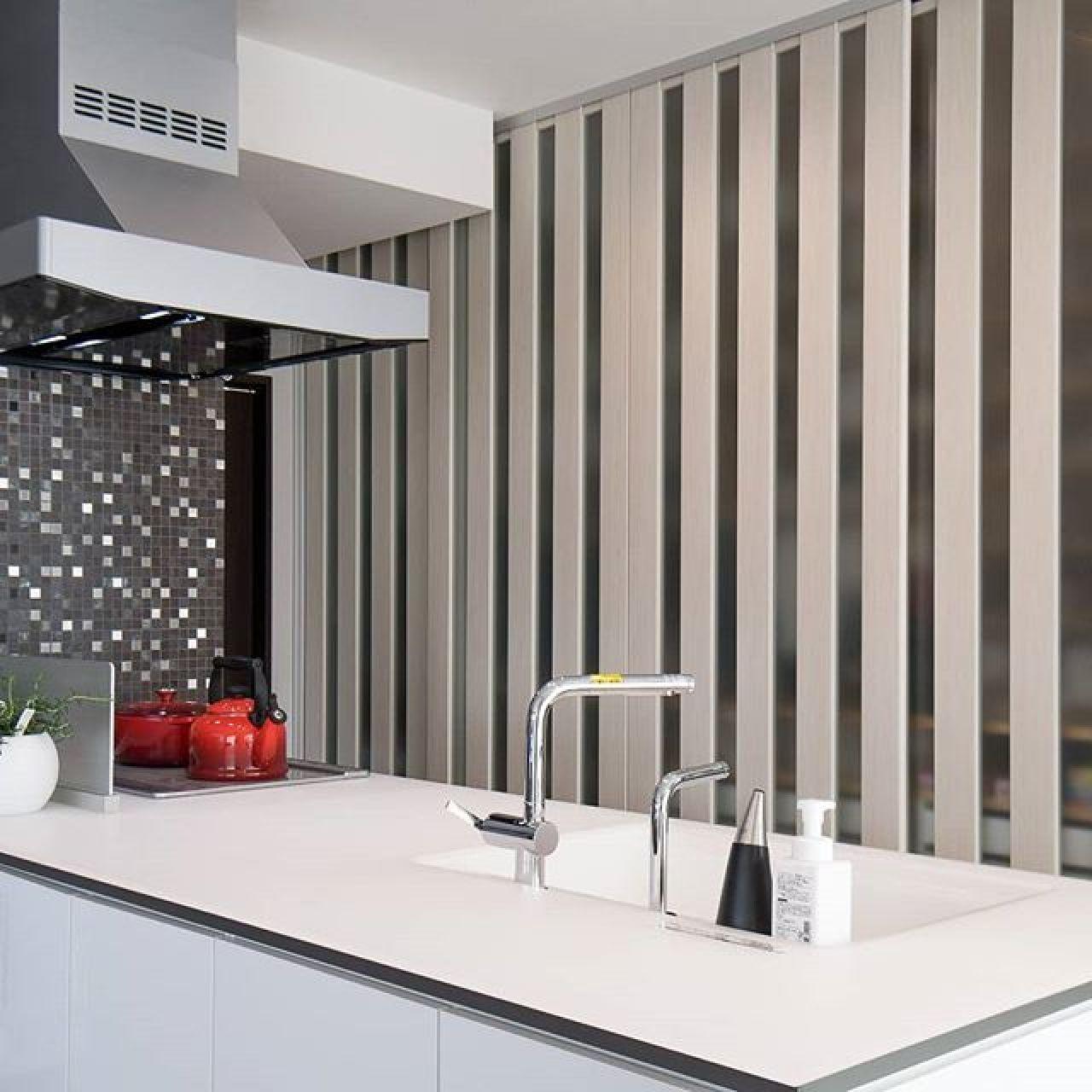 キッチンの収納はすべて隠す幅3.6m高さ2.6m大の作り付け収納に、電子レンジ等の調理家電から食器、電話FAX、モデム、ルーターも全部隠しています。使うときは全部ドアを開けるので使い勝手も抜群だとか。乱雑になりがちなキッチン・ダイニング周り、いつもキレイでいられる工夫です。#造作食器棚 #食器棚 #作り付け家具 #システム収納 #キッチン収納 #スッキリ #注文住宅
