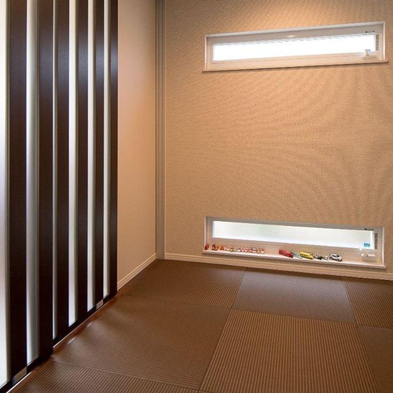 耐久性と防汚性に優れた和紙畳。い草の緑はいいものですが、和紙畳はいろんな色があるので部屋の雰囲気によって選べるのがいいところ。#和紙畳 #畳 #茶色の畳 #スライドドア #パーテション #雰囲気 #モダンインテリア #モダン和室 #子育て #自然素材#注文住宅 #住ま居る#apw330