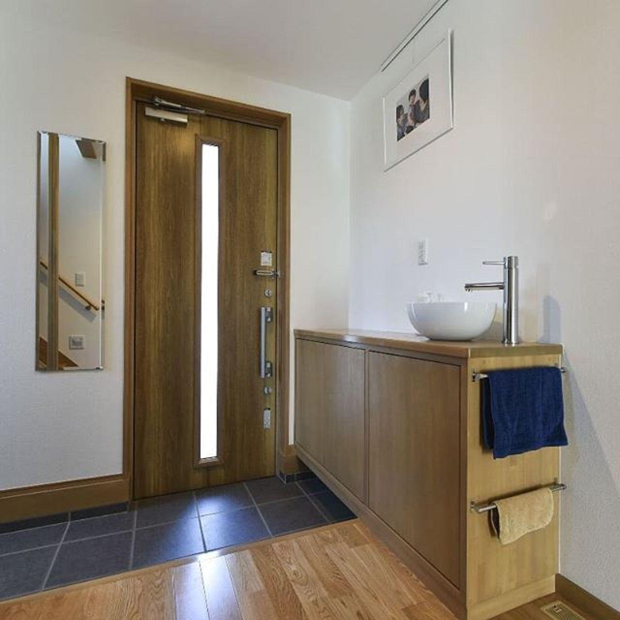帰ってきたらすぐに手を洗う。小さなお子さんがいる家庭は玄関の手洗いは重宝するでしょう。#手洗い#玄関#ホール#タイル#スッキリ暮らす #サクラ #無垢#ムク#自然素材#注文住宅