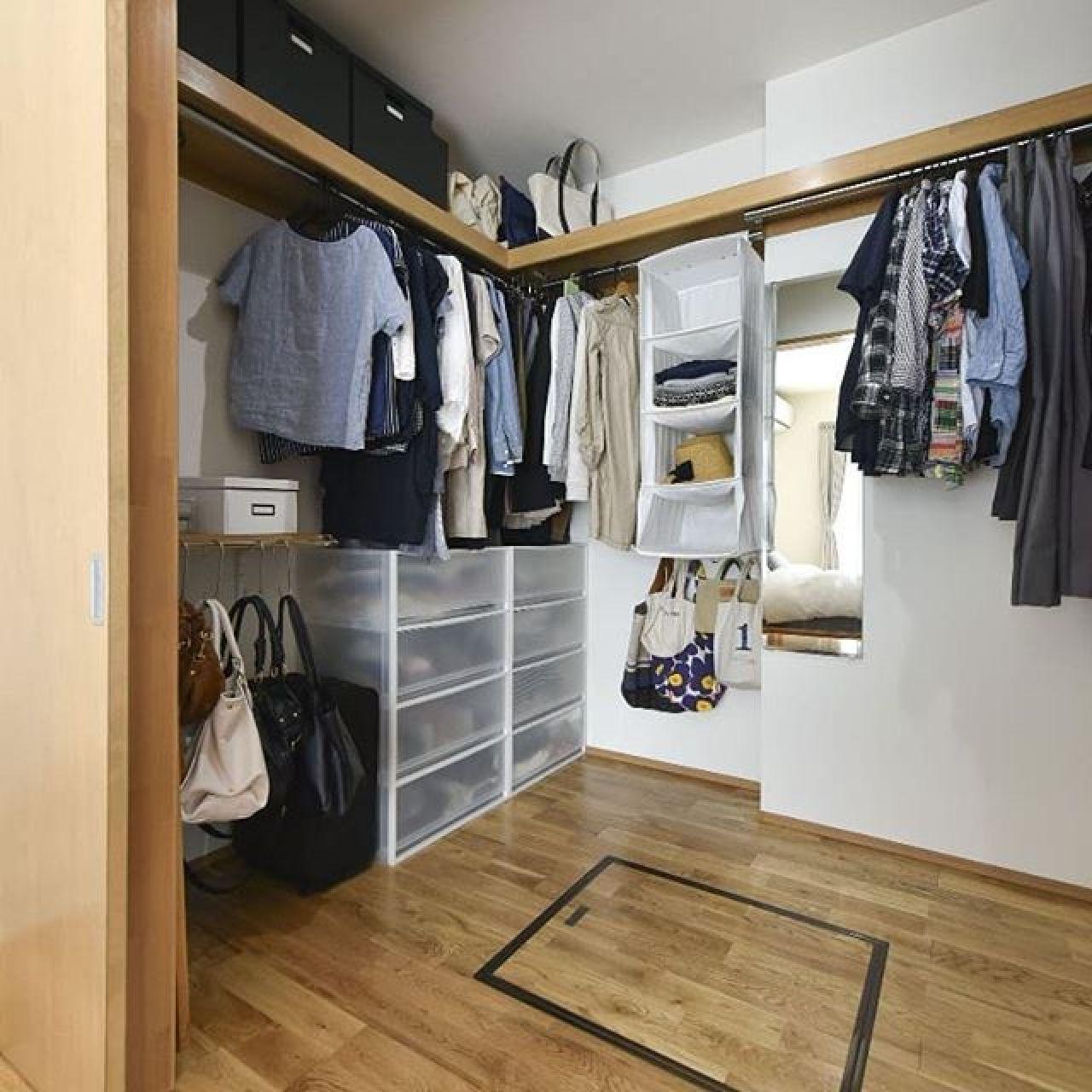 着替え室兼ファミリークローゼット。合理的に考えれば着替え室って便利です。#着替え室 #ファミリークローゼット #ウォークインクローゼット #収納#納戸#タンス#ハンガー#ハンガーパイプ#枕棚 #中段#押入#自然素材#珪藻土#消臭#乾燥#注文住宅