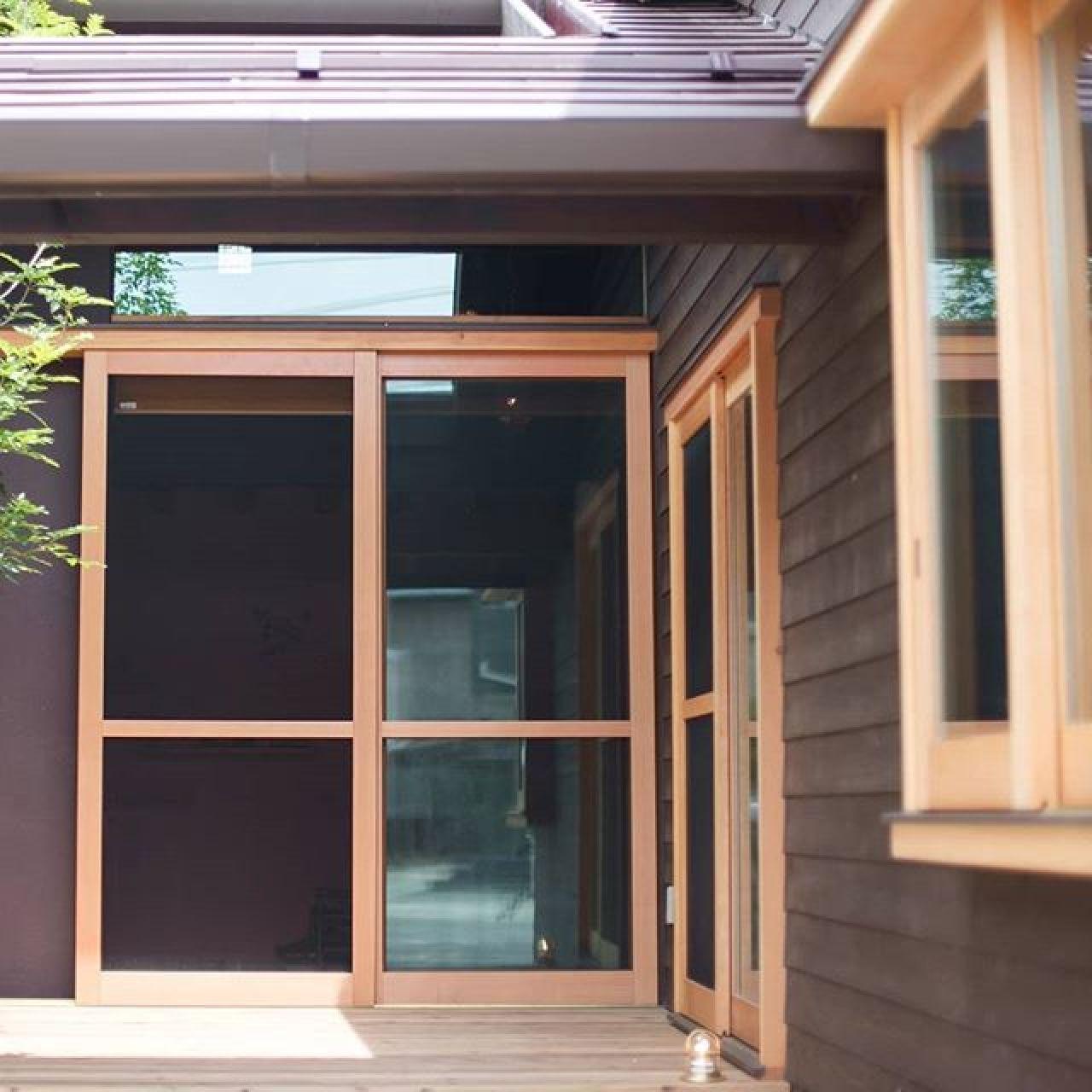 日射を取り込むパッシブな家。窓枠は手造りの木製。その枠にペアガラスをはめ込んでいます。経年変化も楽しめるこだわりの家。#手造り#窓#木製窓#木漏れ日#デッキ#ウッドデッキ #シンボルツリー#自然素材#注文住宅