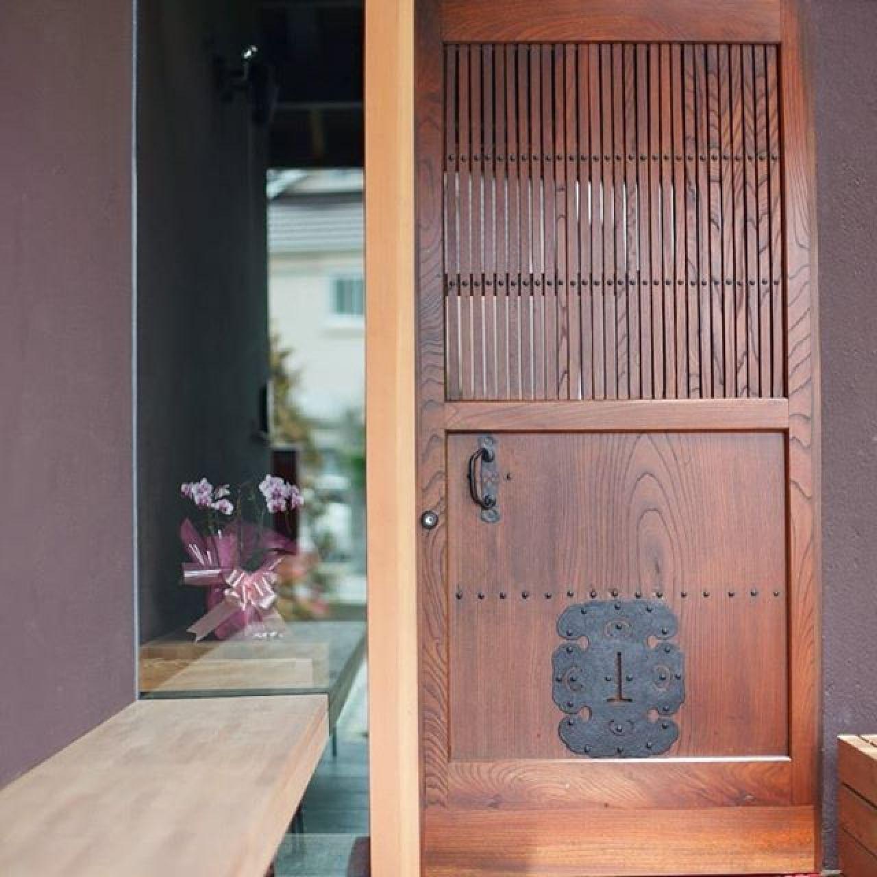 古民家の建具を玄関ドアにしました。木建具もしっかり造られたものは100年以上もちますね。#古民家#建具#けやき#玄関#木製ドア#移築#自然素材#注文住宅#住ま居る#ニコ設計