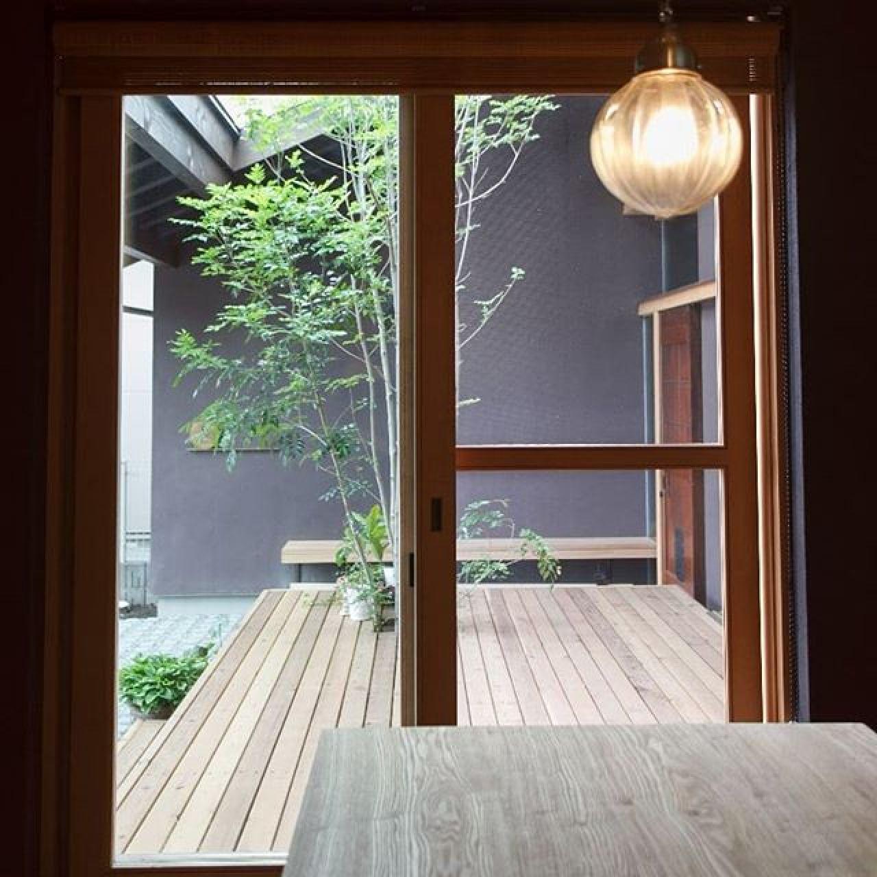 ダイニングから中庭へ続くウッドデッキ。#ウッドデッキ#中庭#和モダン#オリジナル窓#木製窓 #注文住宅#自然素材