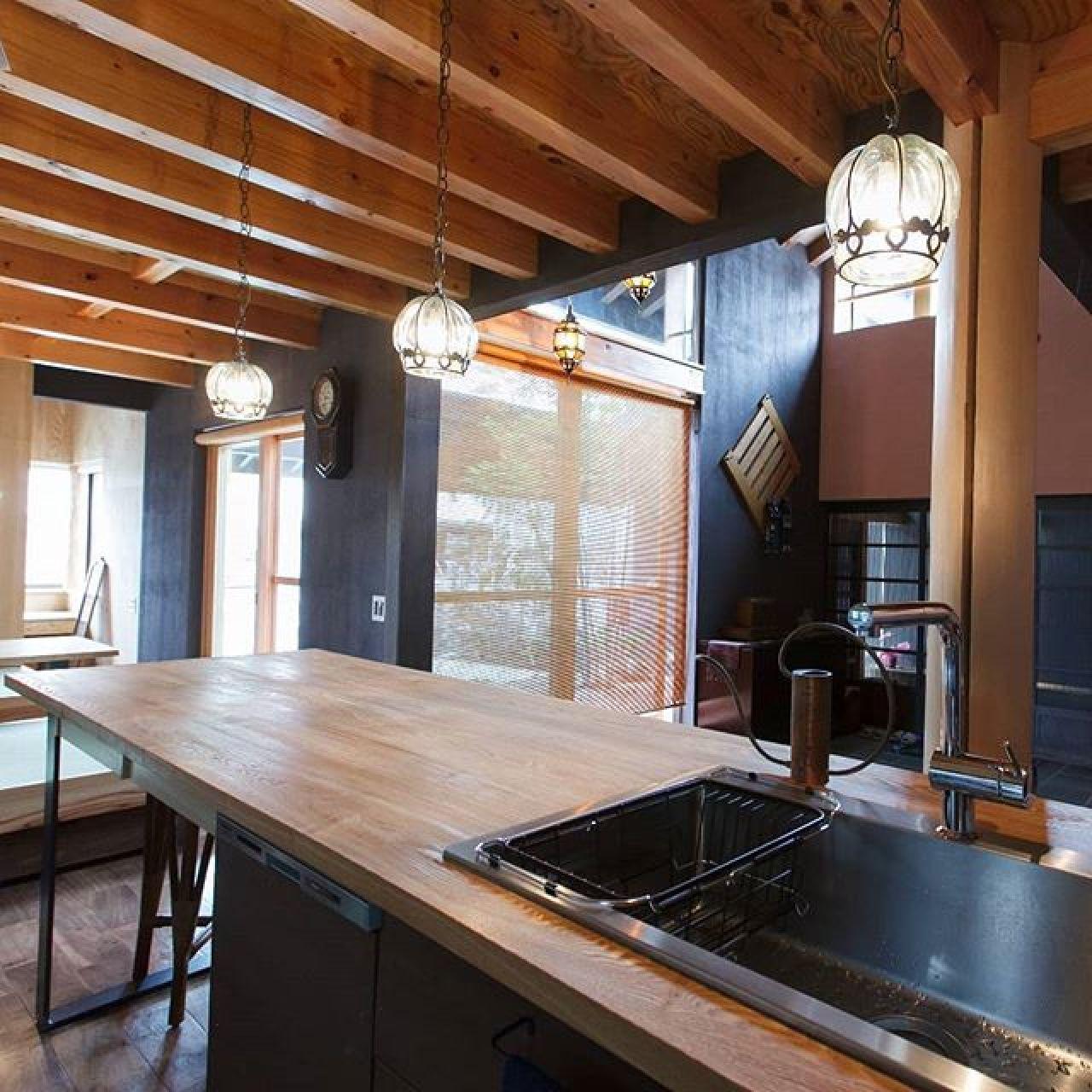造作キッチン。メーカーのキッチンにはない、オリジナルの使い勝手。簡易ダイニングテーブル、広い作業場としても使えます。#オリジナルキッチン#造作キッチン#造り付け家具#自然素材#注文住宅#キッチン#LDK#吹き抜けリビング #シンボル #大黒柱