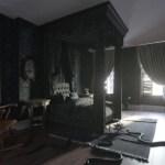 ブッキング・ドットコム、「アダムス・ファミリーの館」で不気味な部屋を再現 「究極の恐怖体験を」