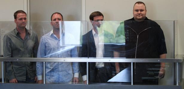 Funcionários do Megaupload na Corte Distrital de Auckland, da esq. para a dir.: Bram van der Kolk, Finn Batato, Mathias Ortmann, e o fundador do site, Kim ''Dotcom'' Schmitz