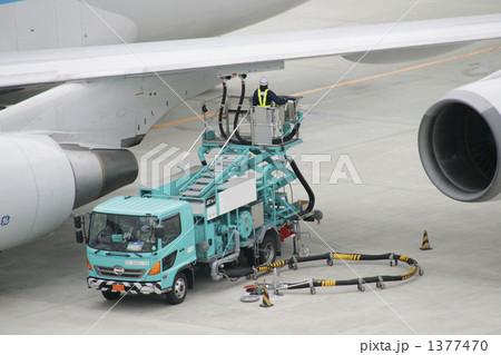飛行場で働く車燃料補給車の寫真素材 [1377470] - PIXTA