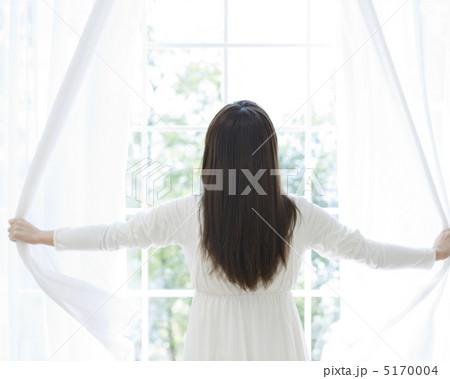 カーテンを開ける女性の寫真素材 [5170004] - PIXTA