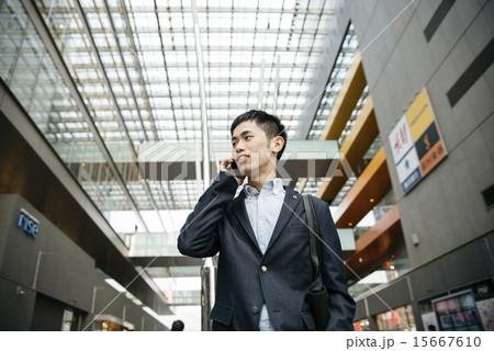 電話をかける男性の寫真素材 [15667610] - PIXTA