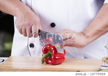 Chef cutting red bell pepperの写真素材 19770469 PIXTA