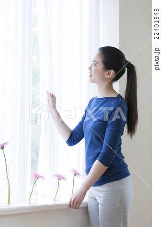 カーテンを開ける日本人女性の寫真素材 [22401343] - PIXTA