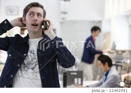 電話中の男性の寫真素材 [22462041] - PIXTA