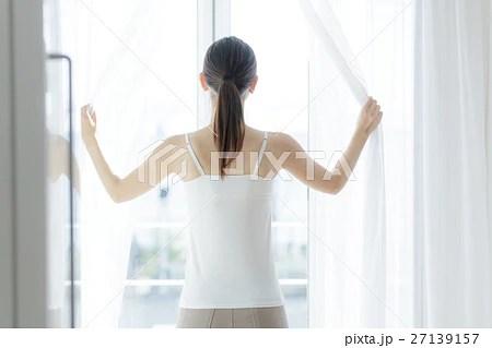 カーテンを開ける女性の寫真素材 [27139157] - PIXTA