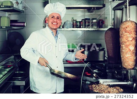 Man Chef Serving Fresh Kebabの写真素材 [27324352] Pixta